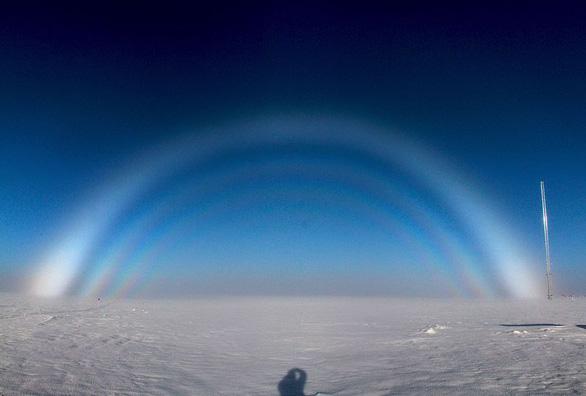 Lạ lùng 'cầu vồng ma' xuất hiện trên bầu trời xanh - Ảnh 2.