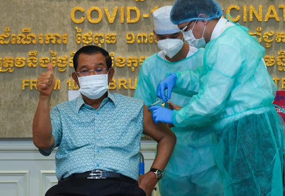 Thủ tướng Hun Sen tiêm vắc xin AstraZeneca do Ấn Độ tài trợ - Ảnh 1.