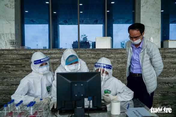 Hàng trăm sinh viên Hải Dương đi xét nghiệm COVID-19 trước khi trở lại Hà Nội - Ảnh 9.