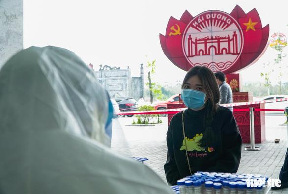 Hàng trăm sinh viên Hải Dương đi xét nghiệm COVID-19 trước khi trở lại Hà Nội - Ảnh 10.