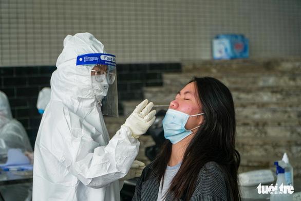 Hàng trăm sinh viên Hải Dương đi xét nghiệm COVID-19 trước khi trở lại Hà Nội - Ảnh 8.