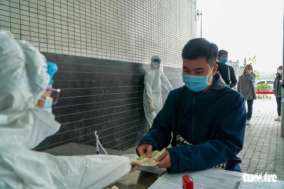 Hàng trăm sinh viên Hải Dương đi xét nghiệm COVID-19 trước khi trở lại Hà Nội - Ảnh 4.