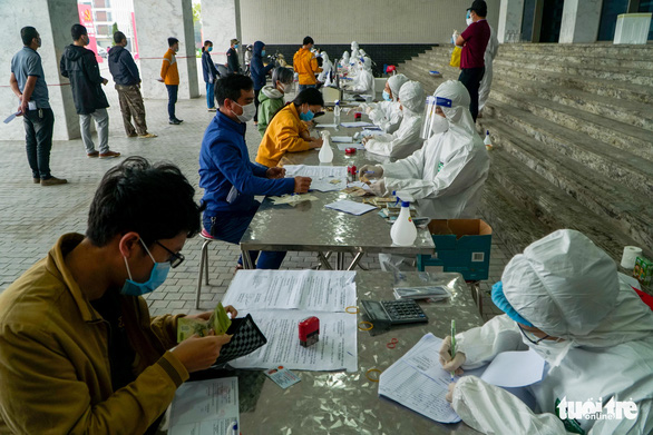 Hàng trăm sinh viên Hải Dương đi xét nghiệm COVID-19 trước khi trở lại Hà Nội - Ảnh 5.