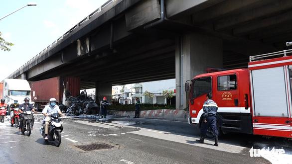Xe container bốc cháy dữ dội dưới cầu Phú Mỹ - Ảnh 3.
