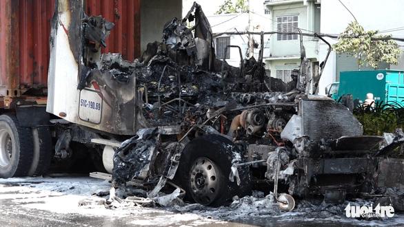 Xe container bốc cháy dữ dội dưới cầu Phú Mỹ - Ảnh 2.