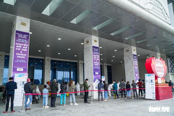 Hàng trăm sinh viên Hải Dương đi xét nghiệm COVID-19 trước khi trở lại Hà Nội - Ảnh 1.