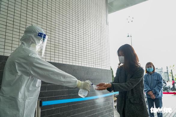 Hàng trăm sinh viên Hải Dương đi xét nghiệm COVID-19 trước khi trở lại Hà Nội - Ảnh 2.