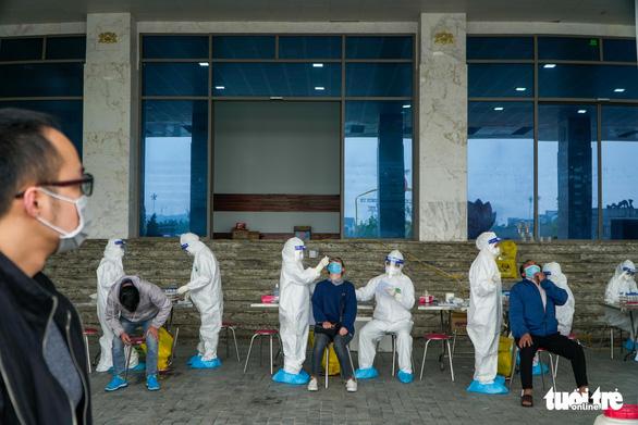 Hàng trăm sinh viên Hải Dương đi xét nghiệm COVID-19 trước khi trở lại Hà Nội - Ảnh 3.