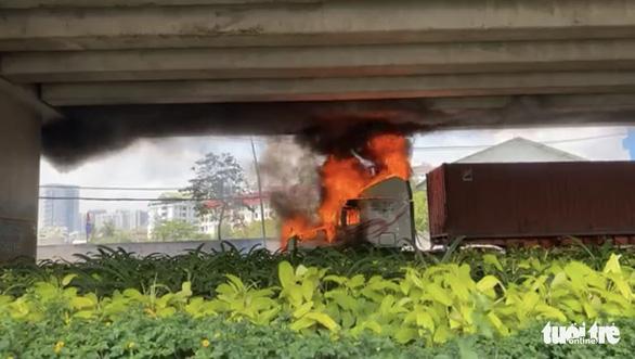 Xe container bốc cháy dữ dội dưới cầu Phú Mỹ - Ảnh 1.