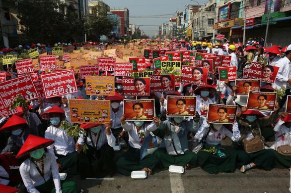 Myanmar chỉ yên khi quân đội khóa tay được bà Suu Kyi? - Ảnh 1.