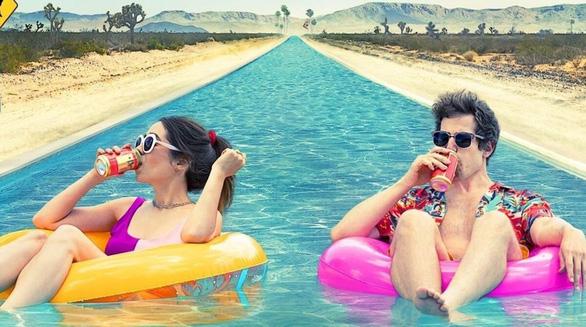 Palm Springs: Cười và tự vấn giữa thế gian buồn bã - Ảnh 1.