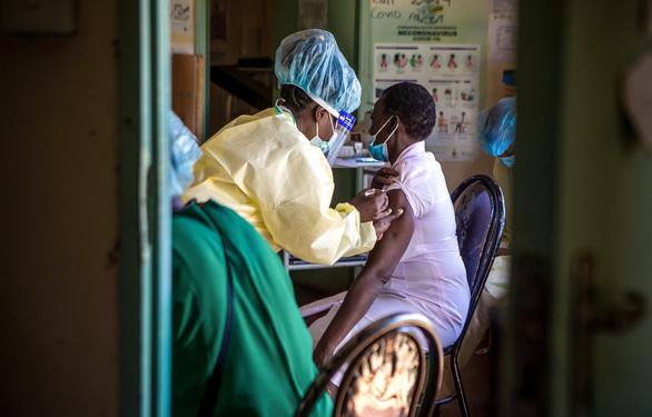 Đừng mơ xin xỏ bản quyền vắc xin COVID từ các ông lớn - Ảnh 1.