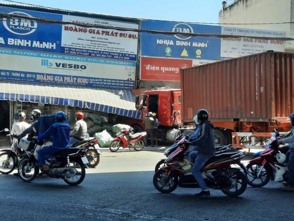 Xe container lao thẳng vào nhà dân ở quận 7, cuốn nhiều xe máy, 1 người chết - Ảnh 2.