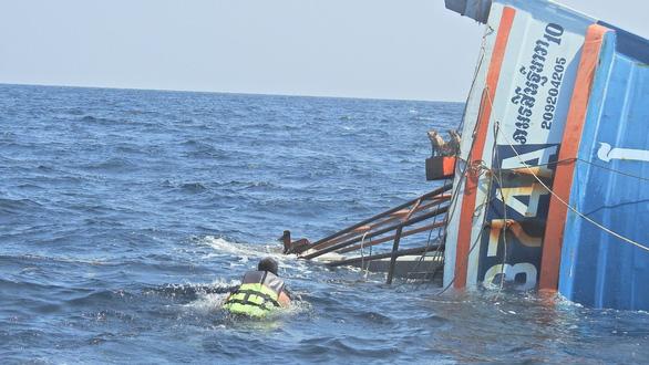 Hải quân Thái Lan đốn tim với việc bơi cứu 4 con mèo từ tàu sắp chìm - Ảnh 2.