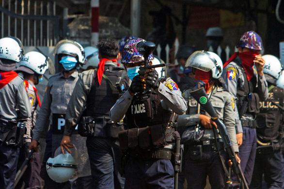 Hơn 600 cảnh sát Myanmar tham gia biểu tình với dân - Ảnh 1.