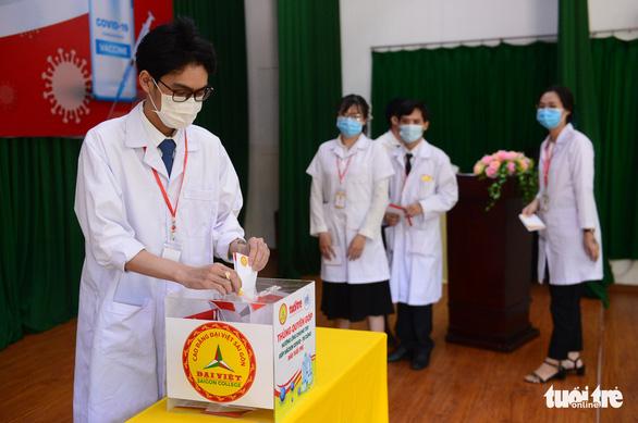 Giảng viên, sinh viên trường cao đẳng trao 219 triệu đồng Cùng Tuổi Trẻ góp vắc xin COVID-19 - Ảnh 3.