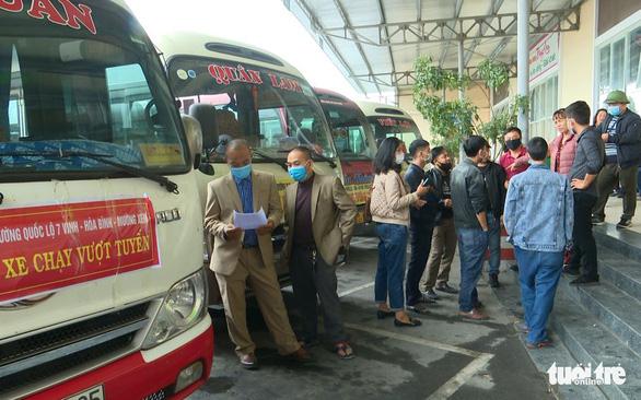 Điều xe buýt 'giải cứu' khách vì xe khách đồng loạt bãi bến - Ảnh 2.