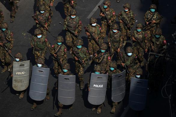Myanmar chỉ yên khi quân đội khóa tay được bà Suu Kyi? - Ảnh 2.