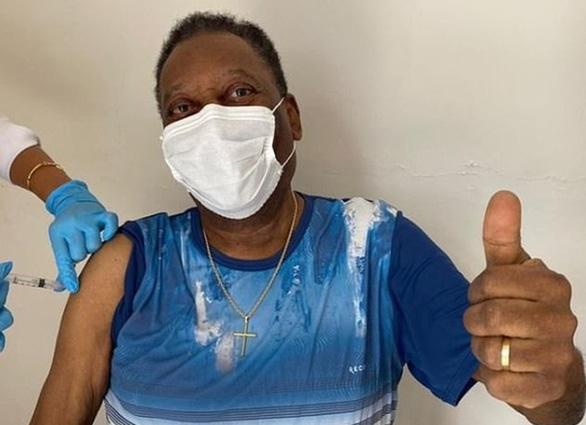 80 tuổi, Pele tiêm vắc xin COVID-19, truyền cảm hứng chống dịch - Ảnh 1.