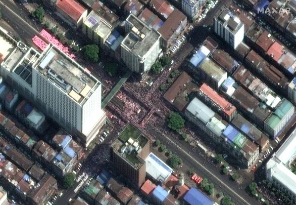 Biểu tình phản đối đảo chính ở Myanmar nhìn từ ảnh vệ tinh - Ảnh 4.