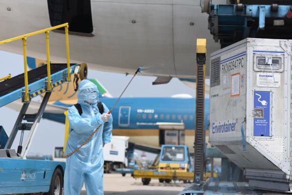 Hơn 900 nhân viên y tế Bệnh viện Bệnh nhiệt đới TP.HCM tiêm  vắc xin đợt đầu - Ảnh 1.