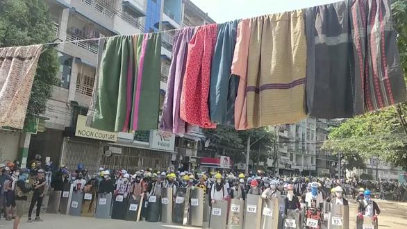 Người biểu tình Myanmar treo váy, đồ lót phụ nữ để cản trở cảnh sát - Ảnh 2.