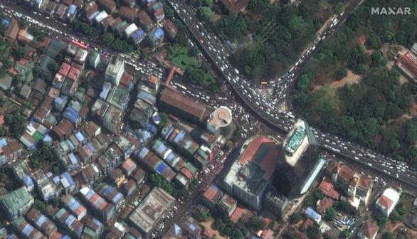 Biểu tình phản đối đảo chính ở Myanmar nhìn từ ảnh vệ tinh - Ảnh 10.