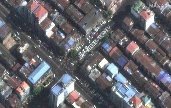 Biểu tình phản đối đảo chính ở Myanmar nhìn từ ảnh vệ tinh - Ảnh 11.
