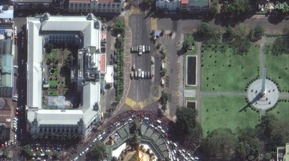 Biểu tình phản đối đảo chính ở Myanmar nhìn từ ảnh vệ tinh - Ảnh 12.