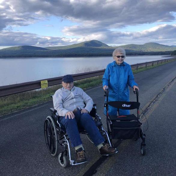 Cặp đôi 94 tuổi ở New York nên duyên giữa đại dịch - Ảnh 1.