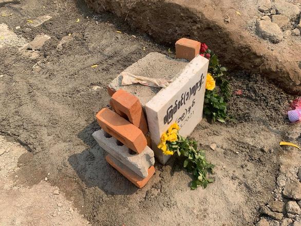 Nhà chức trách Myanmar khai quật mộ cô gái 19 tuổi bị bắn chết vì biểu tình? - Ảnh 2.