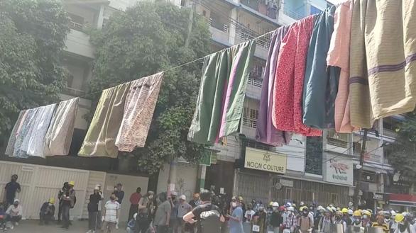 Người biểu tình Myanmar treo váy, đồ lót phụ nữ để cản trở cảnh sát - Ảnh 1.