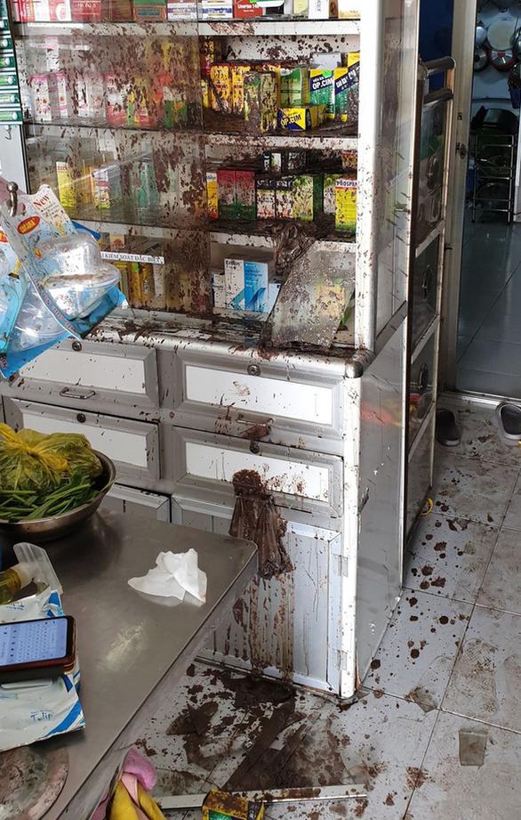 Khởi tố 2 vợ chồng thuê người tạt mắm tôm tiệm thuốc tây gây áp lực đòi nợ - Ảnh 3.