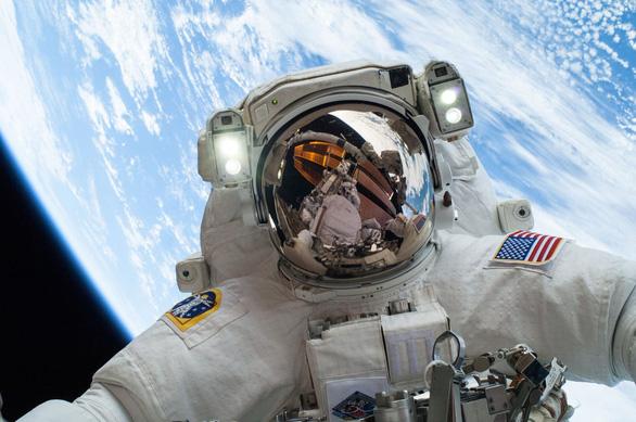 Vì sao các phi hành gia phải cách ly khi trở về Trái đất? - Ảnh 1.