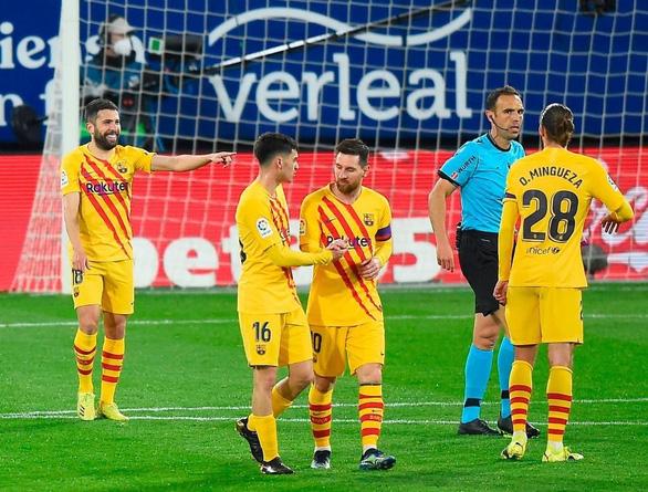 Messi với 2 pha kiến tạo giúp Barca áp sát ngôi đầu - Ảnh 1.