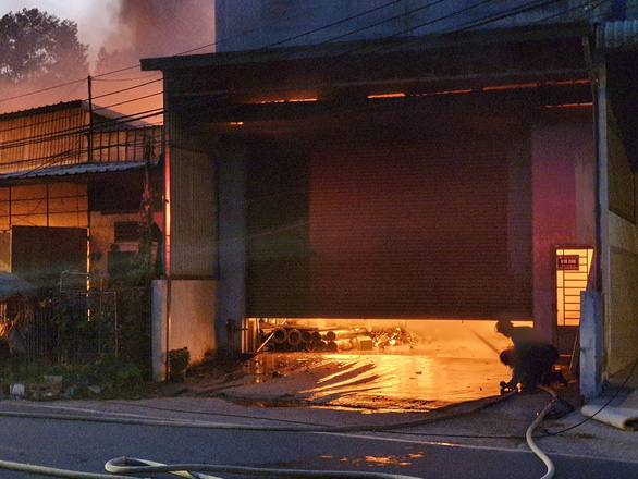 Cháy 5 kiôt, lan sang nhà dân tại Bình Dương - Ảnh 2.