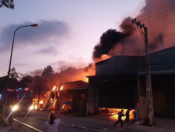 Cháy 5 kiôt, lan sang nhà dân tại Bình Dương - Ảnh 1.