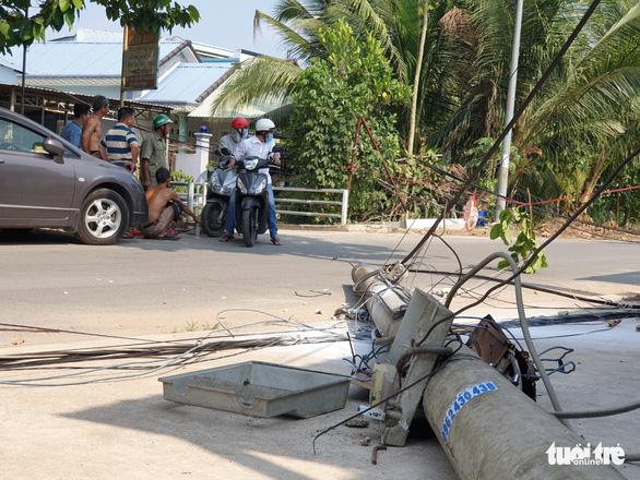 Xe ben quên hạ thùng, cuốn dây hạ gục 6 cột điện ở Bình Dương - Ảnh 2.