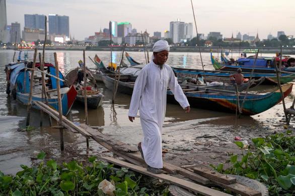 Ngư dân Campuchia chỉ bắt được 1kg cá mỗi ngày vì mực nước Mekong giảm - Ảnh 1.