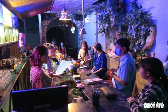 TP.HCM mở lại sàn nhảy, quán bar, karaoke - Ảnh 1.