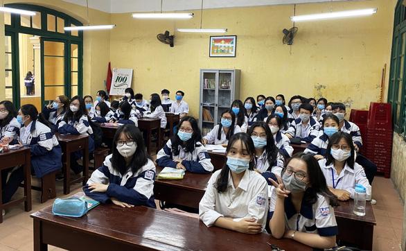 Học sinh Hải Phòng phấn khởi trong ngày trở lại trường - Ảnh 1.