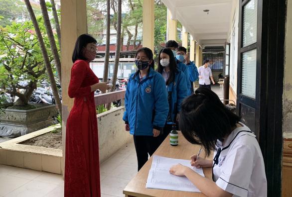 Học sinh Hải Phòng phấn khởi trong ngày trở lại trường - Ảnh 2.