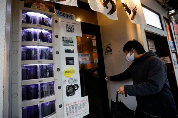 Ở Nhật, muốn xét nghiệm COVID-19 cứ ra... tủ bán hàng tự động - Ảnh 1.