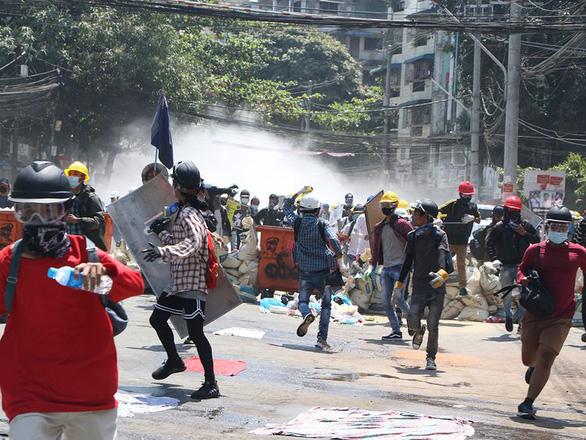 Thêm 3 người bị bắn chết ngày 8-3, phụ nữ Myanmar treo xà rông để ám quân đội - Ảnh 1.
