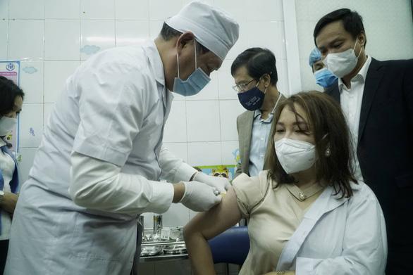 Tiêm vắc xin COVID-19 ở TP.HCM, Hà Nội và Hải Dương: Sau tiêm 30 phút đã trở lại làm việc - Ảnh 5.