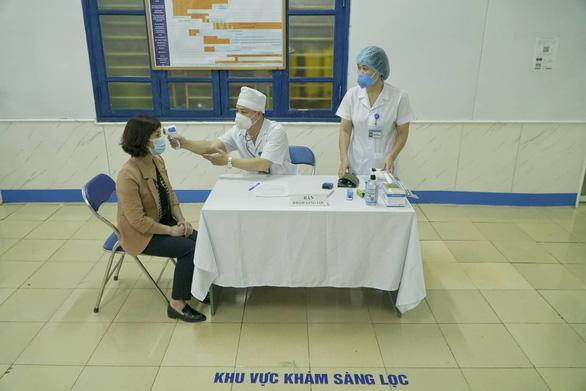 Tiêm vắc xin COVID-19 ở TP.HCM, Hà Nội và Hải Dương: Sau tiêm 30 phút đã trở lại làm việc - Ảnh 8.