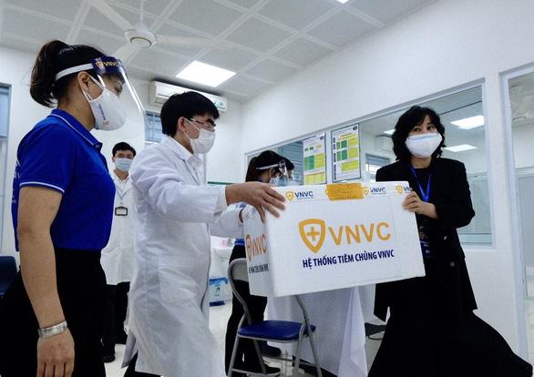 Tiêm vắc xin COVID-19 ở TP.HCM, Hà Nội và Hải Dương: Sau tiêm 30 phút đã trở lại làm việc - Ảnh 12.
