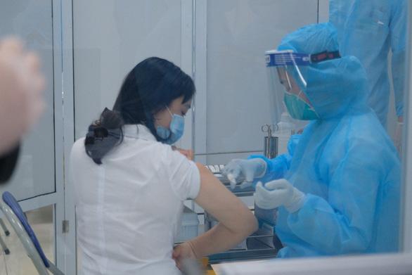 Tiêm vắc xin COVID-19 ở TP.HCM, Hà Nội và Hải Dương: Sau tiêm 30 phút đã trở lại làm việc - Ảnh 21.