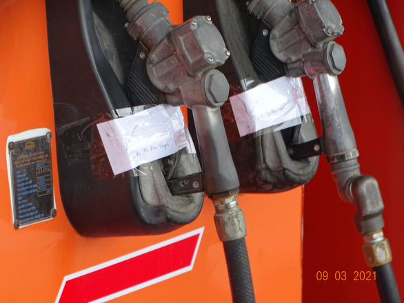 Bắt khẩn cấp 2 vợ chồng tiêu thụ xăng giả trong đường dây 2,7 triệu lít xăng giả - Ảnh 3.