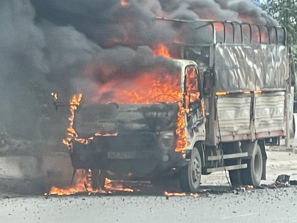 Xe tải chở bật lửa bốc cháy dữ dội trên đường Hải Dương - Ảnh 1.